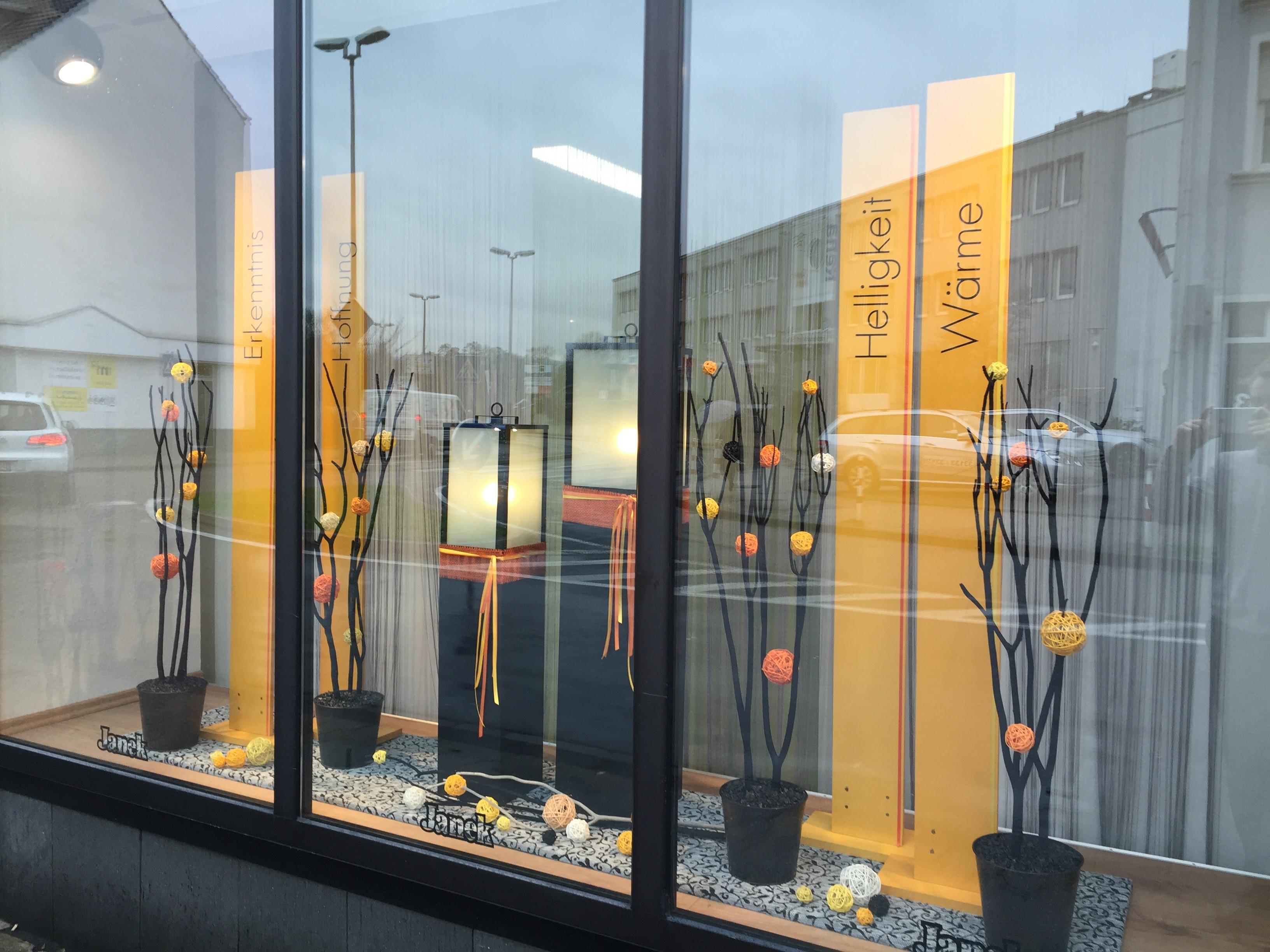 Unsere neue schaufensterdekoration beerdigungsinstitut for Schaufensterdekoration
